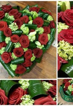 Un cœur de fleurs  avec de la rose rouge en souvenir d'un proche lors d'un deuil