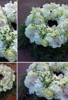 Une couronne de fleurs  en souvenir d'un proche lors d'un deuil avec de l'orchidée